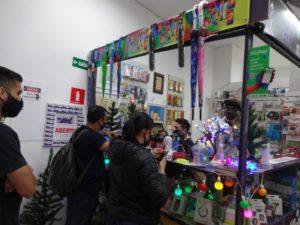 『ブラジシリオ』の店頭に立つアブドゥルさんとオマールさん