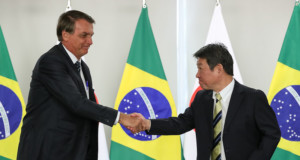 ボルソナロ大統領と固い握手を交わす茂木外相(大統領官邸、Foto: Marcos Corrêa/PR )