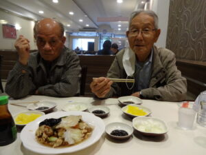 鄭夏源さん(左)と金進卓さん