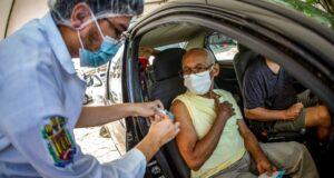 ドライブスルーで接種を受ける83歳の男性(Nailana Thiely / Ascom Uepa)