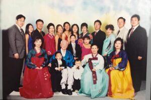 両親の結婚50周年記念写真、移民した当初は6人家族だったのが20人に。今は32人に。後列左から3人目がバン・ウニョンさん