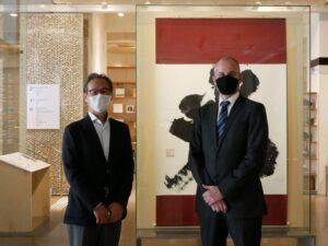 視察に訪れた桑名総領事とクルッグ館長