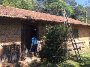 移民当初から住む土壁の家