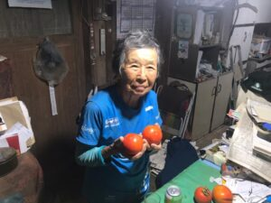 作った柿を持つ西尾さん