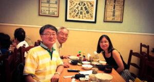 2016年にリベラだーデ地区を訪れた李教授(手前)と金進卓さん、筆者