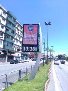 時刻と気温と空気汚染の表示板があるサンパウロの大通り