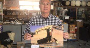 震災当初の写真を見せる多田実行委員長