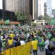 □人マチ点描拡大版□写真グラフ=パ大通りで5千人が反自粛デモ=ザンベリ下議も聖州知事口撃