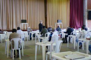 間隔をあけて感染防止対策をしながら開催した定期総会の様子