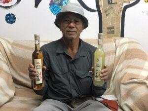 梅酒とゆず酒を持つ益田さん
