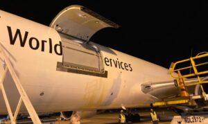 ファイザー社のワクチンを搭載してヴィラコポス空港に到着した航空機(1日夜、Divulgacao/MInisterio da Saude)