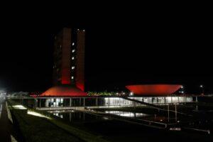 赤くライトアップされた上下両院と議員会館