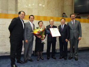 ンパウロ市議会より名誉市民章を授章した際の写真