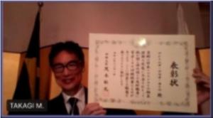 表彰状を授与する高木総領事