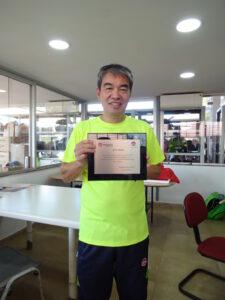 テニス部長の任命証明書を手にする大崎エニオさん
