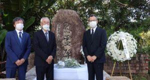 左から岡本理事、錦戸会長、荻野総領事