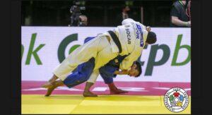 試合時、相手に技をかけるユージさん(国際柔道連盟提供)