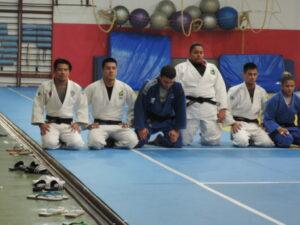 練習後、黙想するユージ選手(左から2番目)