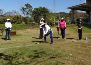 マレットゴルフ第1ホールに向けてスタートを切る女性部員たち