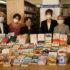 寄贈された794冊を前に記念撮影