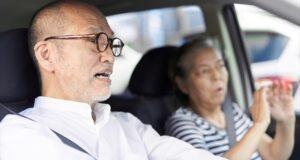 運転中にぶつかりそうになる高齢者ドライバー(参考写真、まぽさん、写真AC)