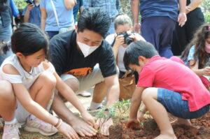 環境教育の一環として多くの子供達も植樹に参加した