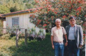 ブラジルの茸栽培の先駆者・古本(左)と野澤。タピライのサンタモニカ農園にて