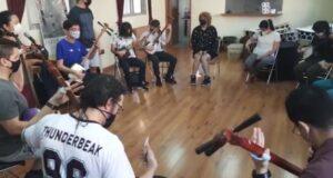 輪になって三味線の弾き方を学ぶ参加者