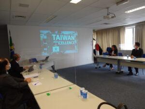 ブラジル日本商工会議所で意見交換する平田事務局長と呂氏、蔡氏