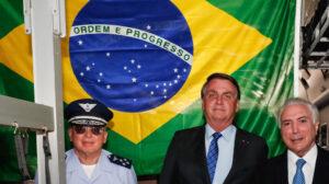 昨年8月12日、ベイルート大爆発直後に救援物資をブラジルから贈った際、ボルソナロ大統領(中央)と団長に任じられたテメル前大統領(右、Alan Santos/PR)