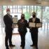 授与されたバリアフリー認定証プレート(左がエリック館長)