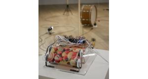 果物の写真を読み取って信号に変え、楽器を鳴らすインスタレーション作品