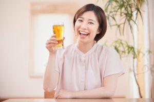 楽しそうにビールを飲む女性(acworksさん、写真ACより)