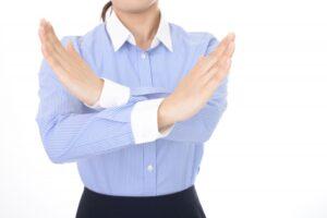 バツのゼスチャーをする女性(Berutaさん、写真ACより)